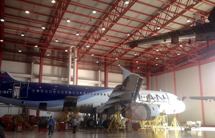 Um dos seis hangares do centro de manutenção. Imagem: Cintia Baio/UOL