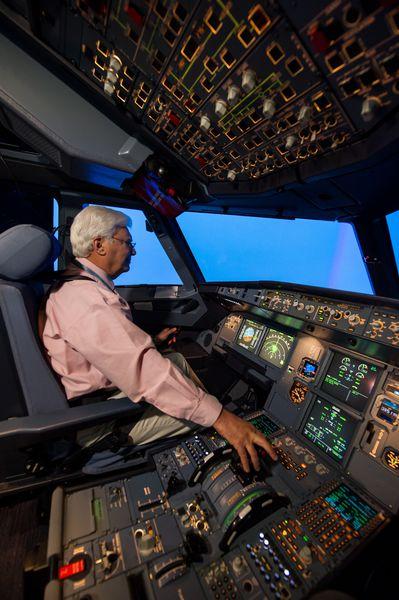 Interior do simulador para treinamento de pilotos para voos em aviões da família A320. Imagem: Divulgação/Airbus