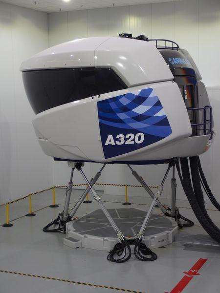 Simulador para treinamento de pilotos para voos em aviões da família A320. Imagem: Divulgação/Airbus