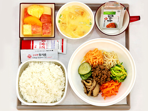 Bibimbap, prato coreano servido para a classe econômica da Asiana Airlines. Imagem: Reprodução/Asiana