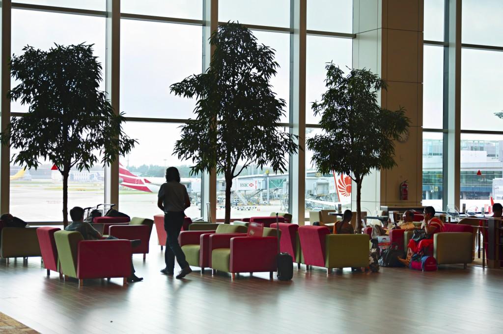 Passageiros em lounge do Aeroporto Internacional Changi, em Cingapura (Foto: jovt/Getty Images)