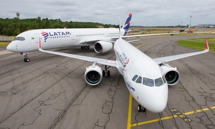 Os aviões da Latam com a nova pintura utilizada pela empresa (Foto: Divulgação)
