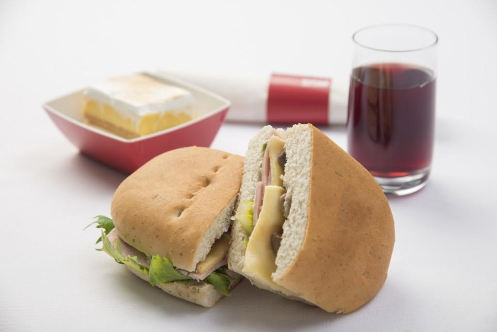 Alimentação distribuída pela Latam em voos internacionais. Em breve, comida e bebida de graça só em voos para fora do país