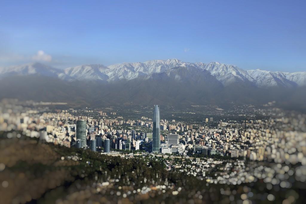 Vista da cidade de Santiago, no Chile, com os Andes ao fundo (Foto: Divulgação/Latam Airlines)