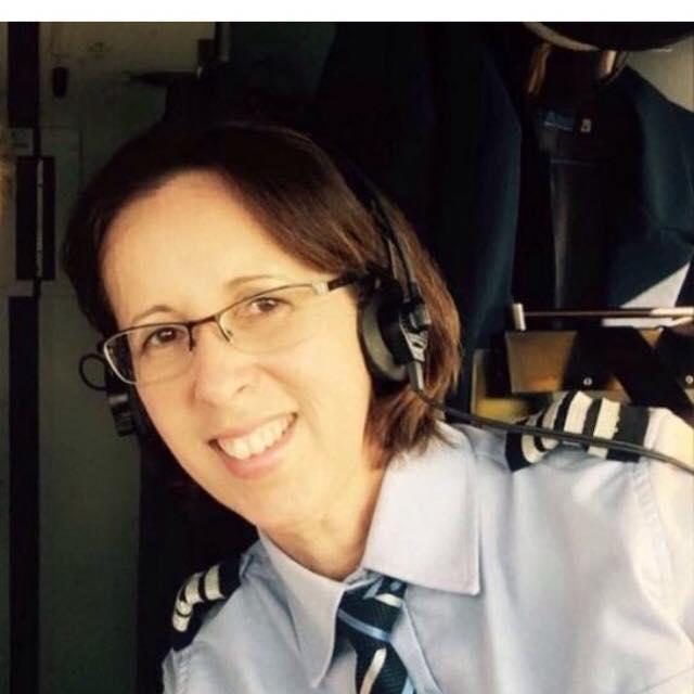 Luciana Carpena pilota aviões há 30 anos e hoje é comandante da Azul (Imagem: Arquivo Pessoal)