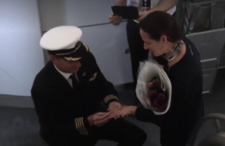 Piloto Dooley Ellis coloca a aliança na noiva Ana (Imagem: Reprodução/Facebook)