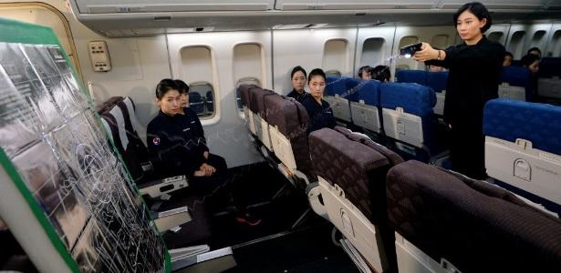 Tripulação da Korean Air Lines treina uso de armas de choque Foto: Oh Dae-il/News1/Reuters