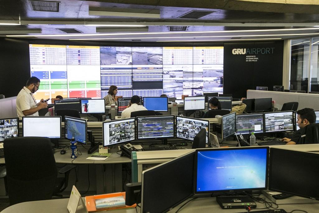 Centro de controle do aeroporto de Guarulhos (Foto: Lucas Lima/UOL)