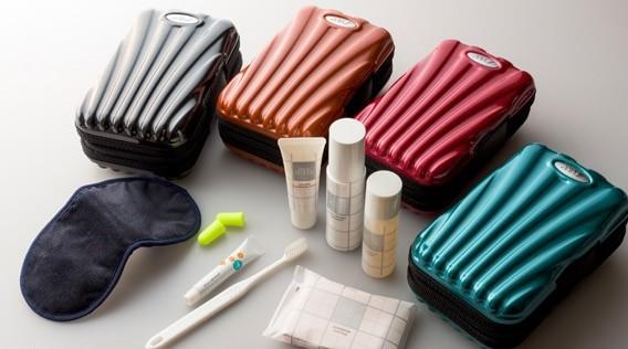 7920a70e2dc Nécessaire da ANA Airlines remete a uma mala de viagem (foto  Divulgação)