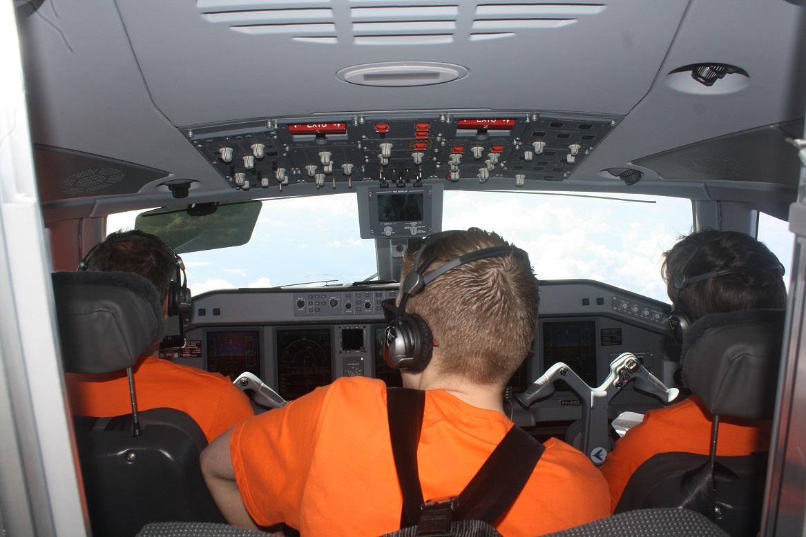 dfdb497983012 Sem a presença de passageiros, porta da cabine fica sempre aberta (Vinícius  Casagrande UOL)