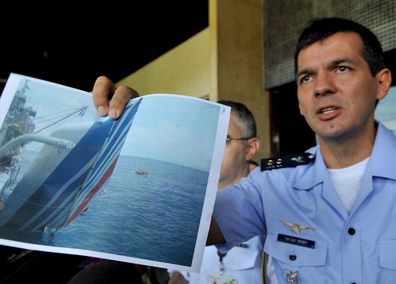 - 06 AF 447 Henry Munhoz exibe fotografia Valter Campanato ABr - Veja o que as tragédias aéreas ensinaram para aumentar segurança dos aviões