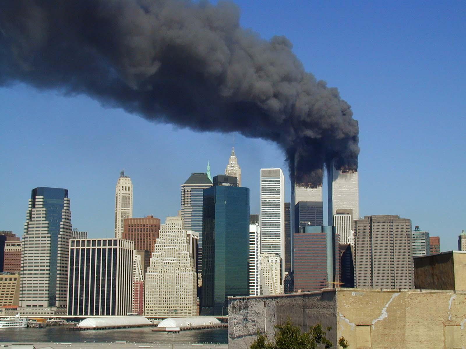 - 08 11 de Setembro WTC smoking on 9 11 Michael Foran - Veja o que as tragédias aéreas ensinaram para aumentar segurança dos aviões