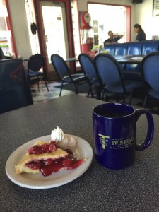 """O """"damn fine cup of coffee & slice of cherry pie"""", a atração principal do cardápio do Twede's."""
