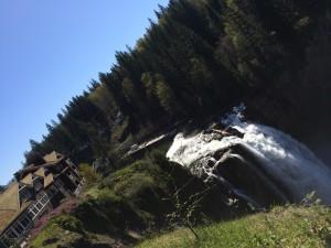 """As Snoqualme Falls, com o """"The Great Northern Hotel"""" ao fundo."""
