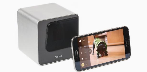 a-petcube-camera-permite-que-o-dono-veja-o-cao-fale-e-brinque-com-ele-a-distancia-usando-um-aplicativo-no-celular-1420677064099_615x300