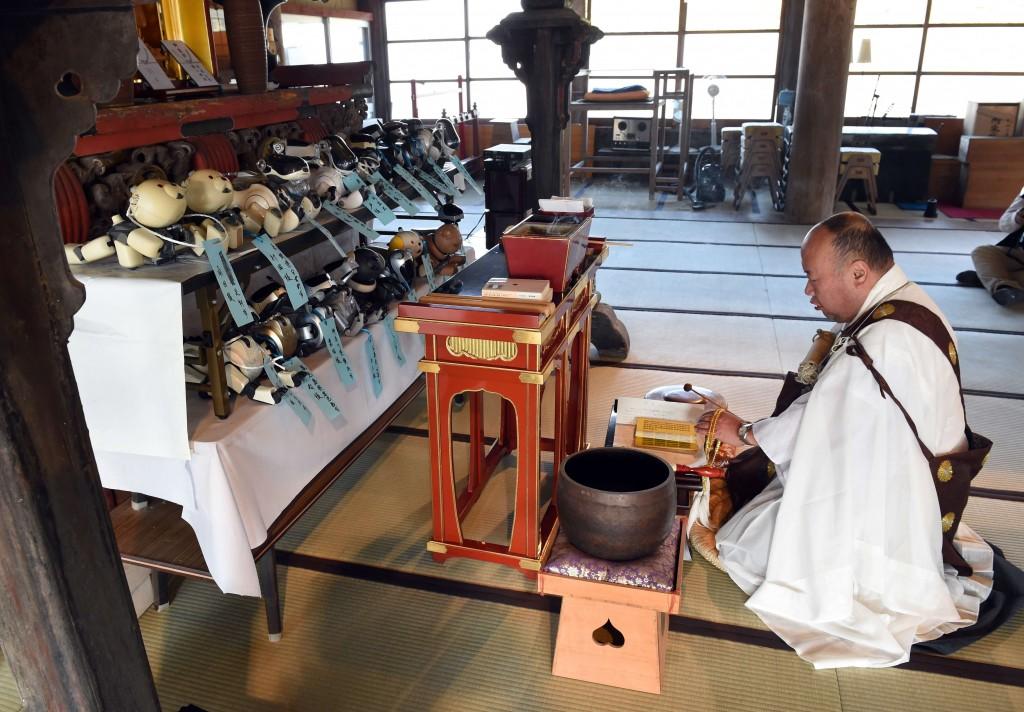 Bungen Oi faz oração no funeral de 19 cães Aibo no templo de Kofuku-ji, em Isumi