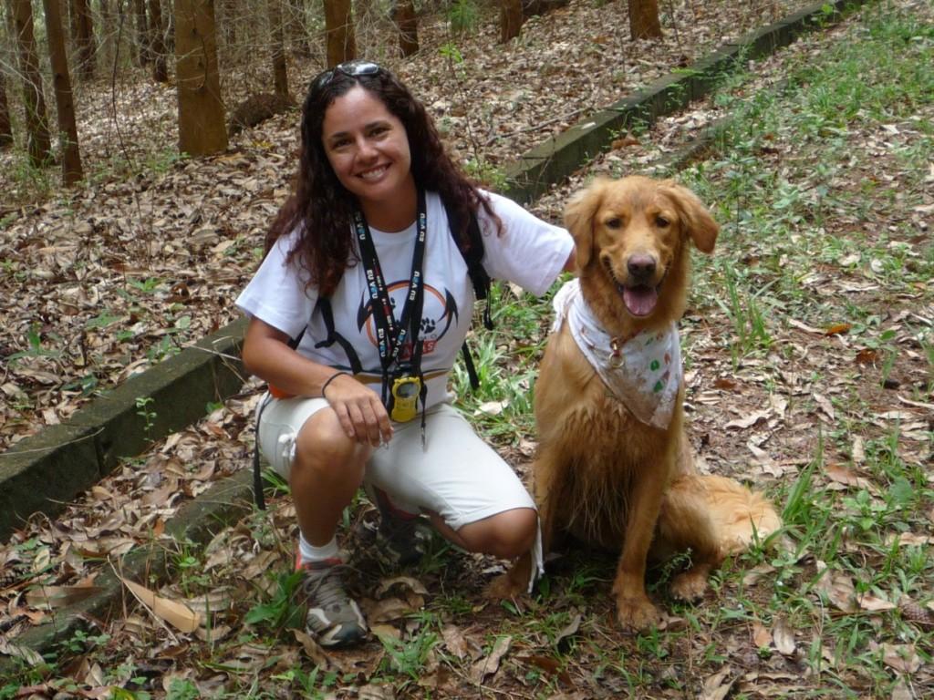 Larissa Rios, fundadoras da Turismo 4 Patas, e a cachorra Cléo
