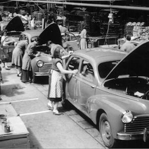 Acima, fábrica da PSA em Sochaux, em 1951. Unidade francesa fez cem anos em 2012. A Peugeot tem mais de 200, mas só isso não bastou para mantê-la lucrativa.