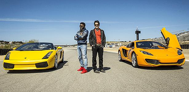 Ramos e Benício posam ao lado do Lambo e do McLaren numa das primeiras cenas de Geração Brasil