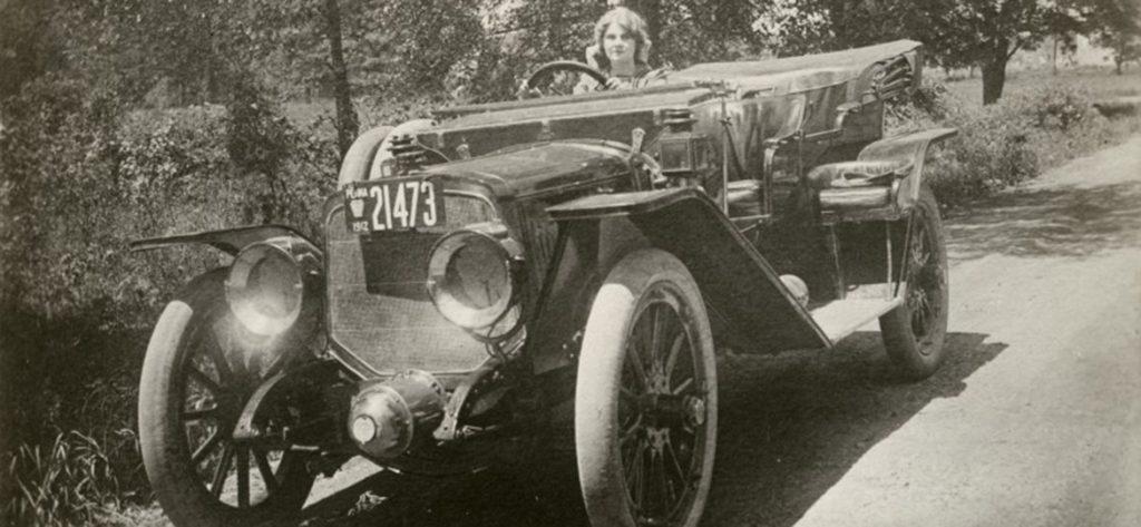 Florence Lawrence, atriz e inventora da sinal de direção (seta), era também amante de carros. Na imagem, aparece ao volante de um Lozier 1912, na Pennsylvania EUA