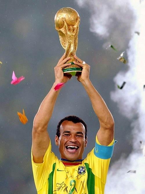 https://conteudo.imguol.com.br/blogs/132/files/2015/07/Cafu-Copa-2002-tacaa.jpg
