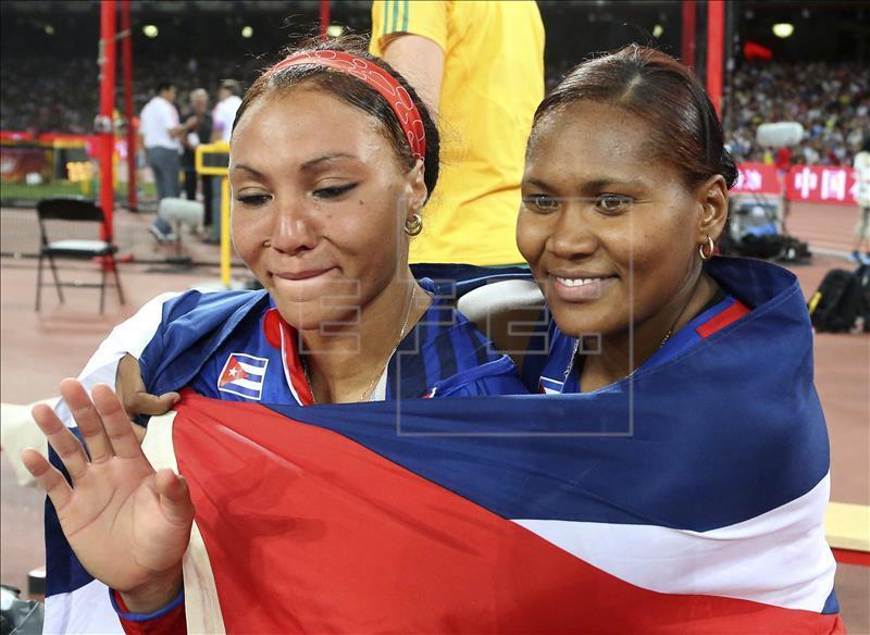 Caballero, à direita, comemora título abraçada a Pérez