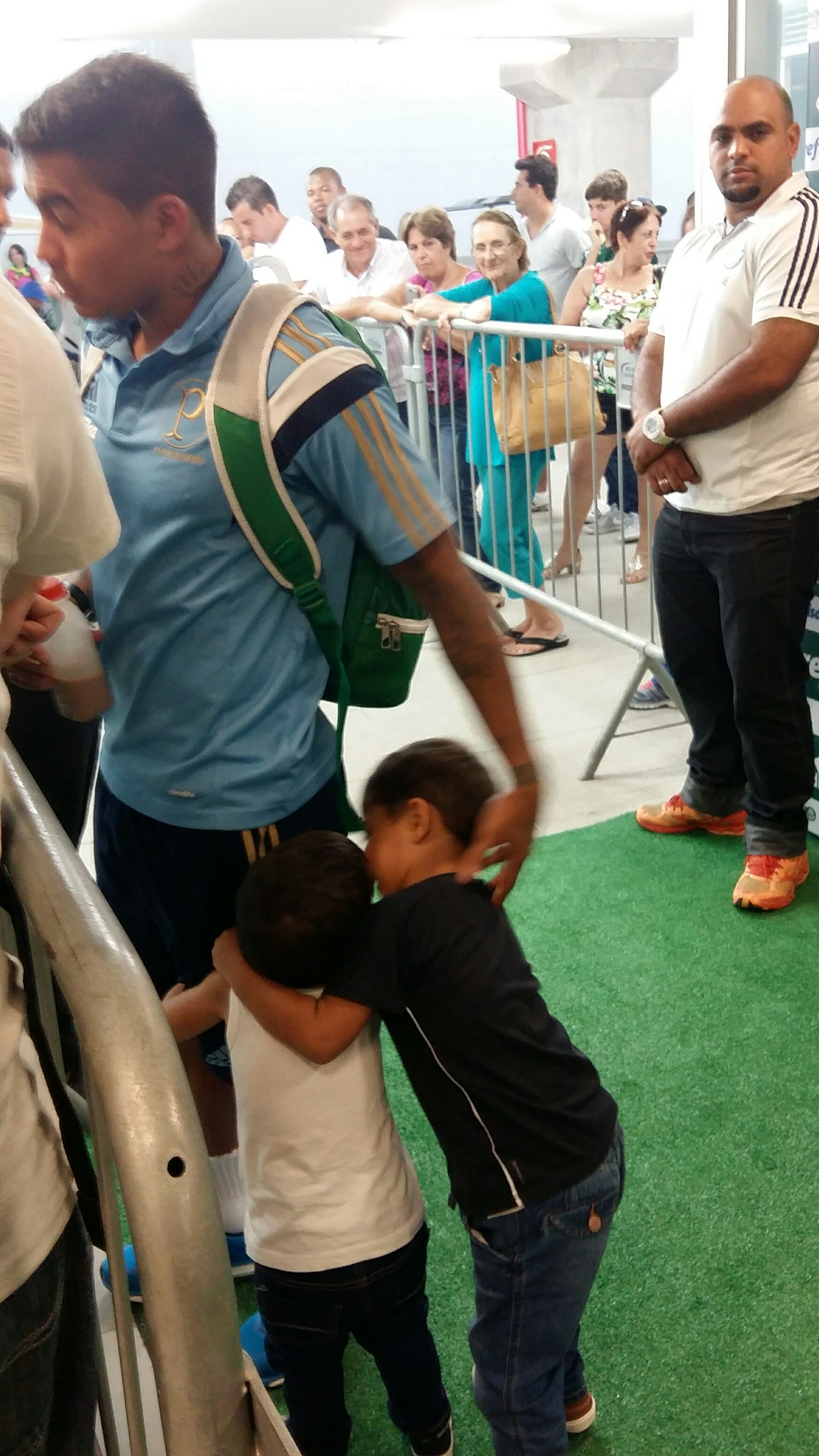Dudu dá entrevista, Pedro agarra sua perna e Cauâ abraça o irmão Foto: Blog do Boleiro 15-3-2015