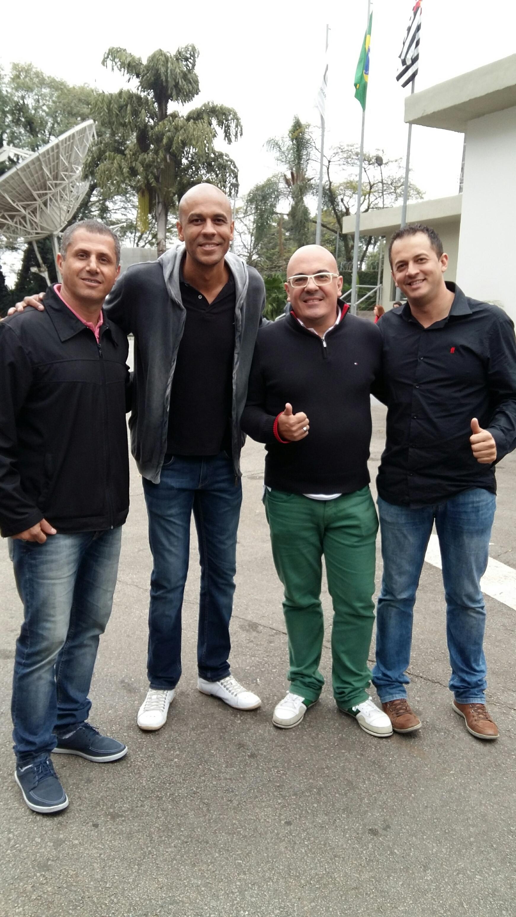 Alex anda sempre com Maurício (esq), Marcelo e Eric, amigos da comunidade religiosa em Amparo Foto: Blog do Boleiro
