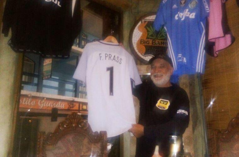 Arthur Prassa mostra a camisa da seleção olímpica que o filho Fernando Prass cedeu para orestaurante
