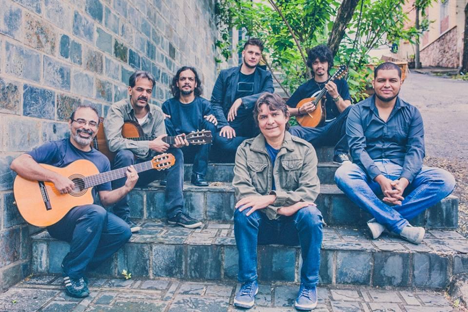 Lô Borges (em frente, ao centro) em frente à banda montada por Pablo Castro (segundo à esquerda) para reproduzir o clássico disco de 1972