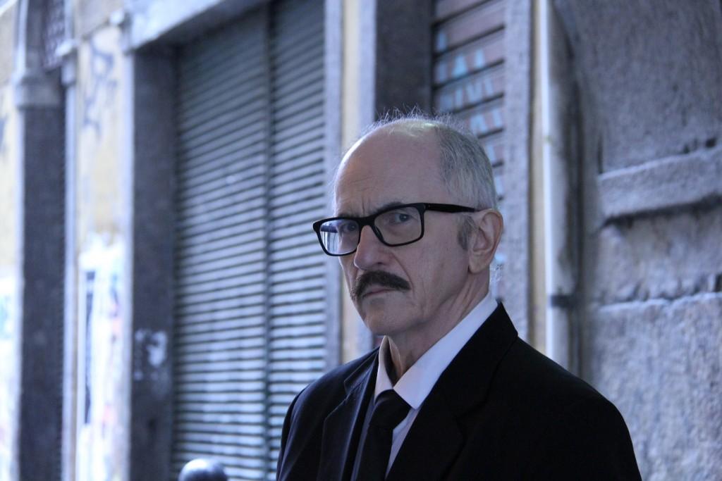 Carlos Gregório interpretando Antonio Callado.