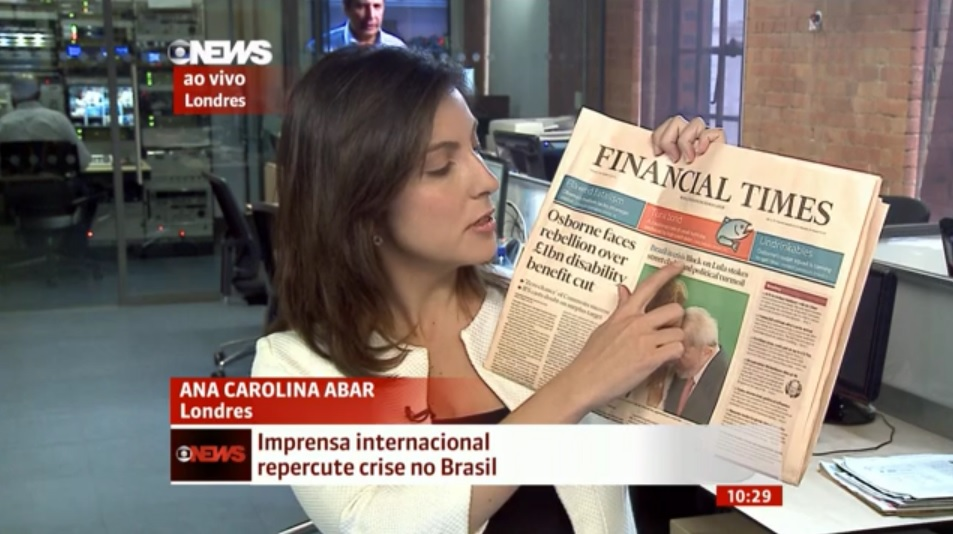 Correspondente da Rede Globo em Londres mostra reportagem sobre crise no Brasil na capa do jornal 'Financial Times'