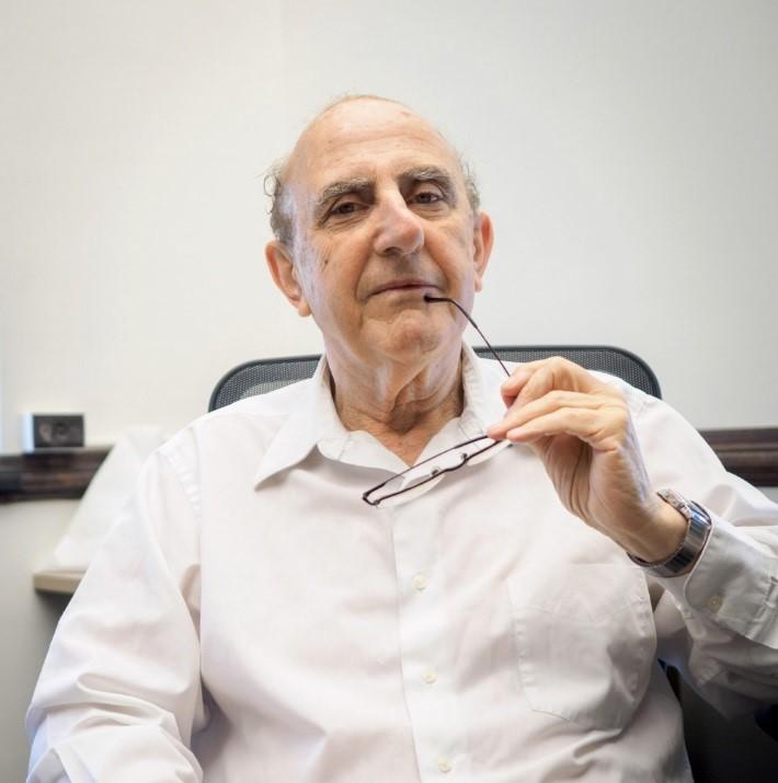 O professor Werner Baer (Ryan Fang/Universidade de Illinois)