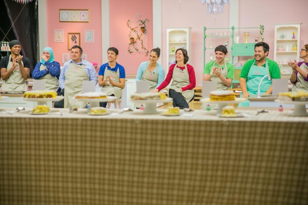 Jurados fazem avaliação dos bolos sem saber quem preparou qual doce. Crédito: Artur Igrecias/SBT