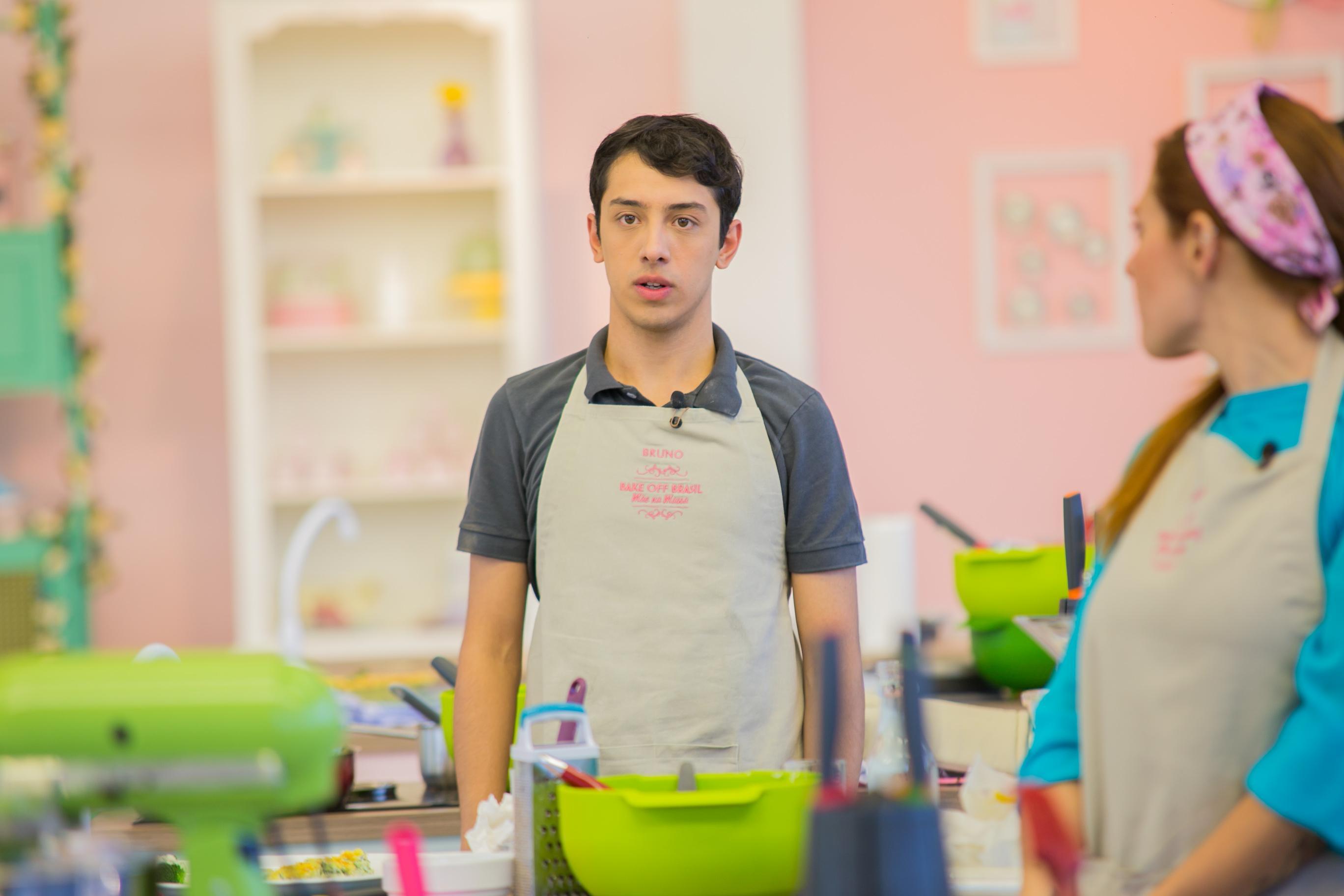 Participante Bruno congela ao notar que sua torta cai da bancada. Crédito: Artur Igrecias/SBT