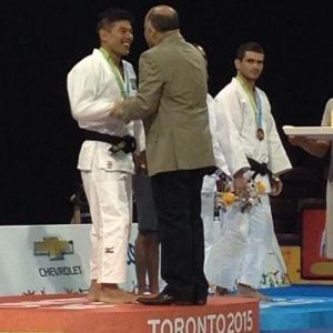 ministro-do-esporte-george-hilton-comete-gafe-e-sobe-ao-podio-com-o-judoca-charles-chibana-1436832046445_300x300