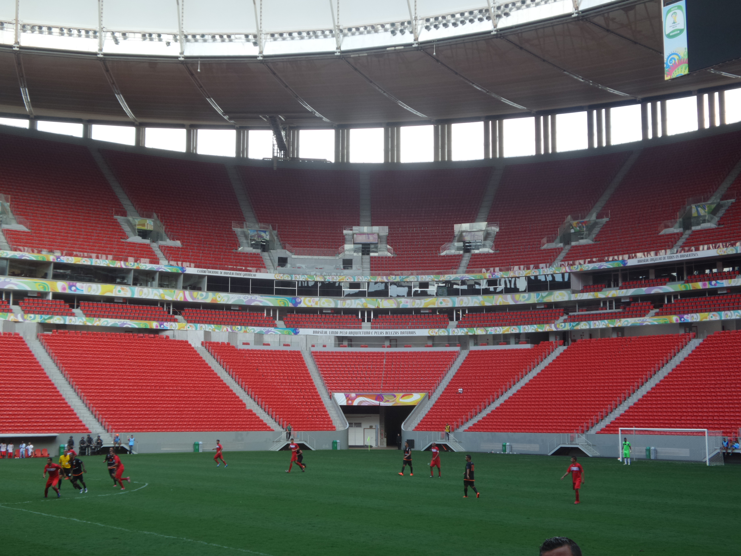Meia-entrada estudantil dá direito aos assentos mais altos do Mané  Garrincha (crédito  Daniel Brito UOL) 681faecfc6f5d
