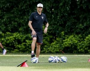 Milton Cruz durante treino do São Paulo (Crédito: Rubens Cavallari-11.nov.2015/Folhapress)