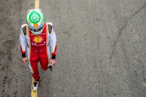 Nelsinho Piquet com o capacete que usará em homenagem às vítimas do acidente da Chapecoense