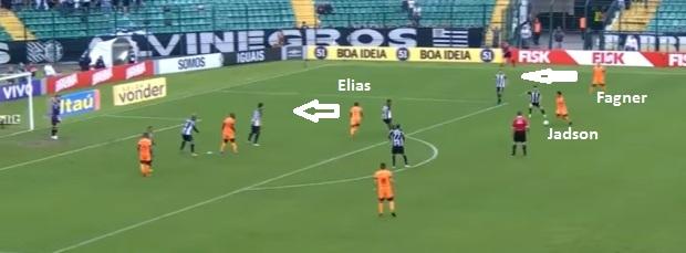 Flagrante do Corinthians no ataque em 2015 com Jadson saindo da ponta e abrindo o corredor para a descida de Fagner e servindo Elias em profundidade atacando a brecha deixada no flanco (reprodução TV Globo).