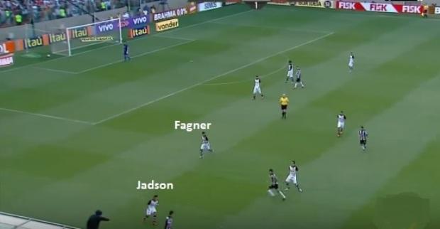 A transição defensiva mais longa de Jadson, fechando o corredor direito para o lateral Fagner ficar mais próximo do zagueiro guardando o setor (reprodução TV Globo).