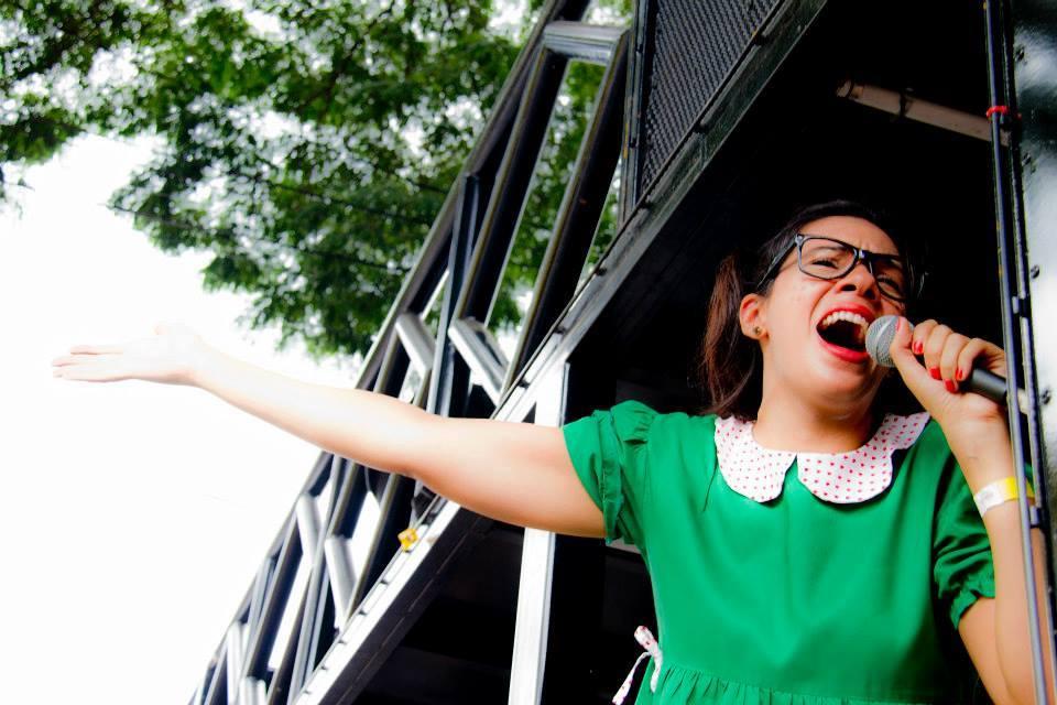 Camila Rondon, do Chega Mais: usa sobrenome diferente no trabalho para evitar ser reconhecida. Foto: reprodução