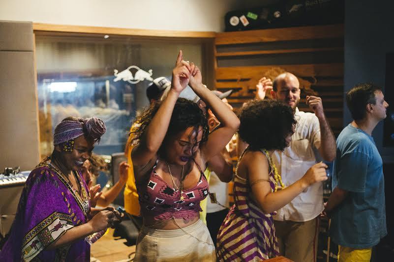 O bloco Agora Vai se apresenta no baile Red Bull Studios Repique. Foto: Divulgação