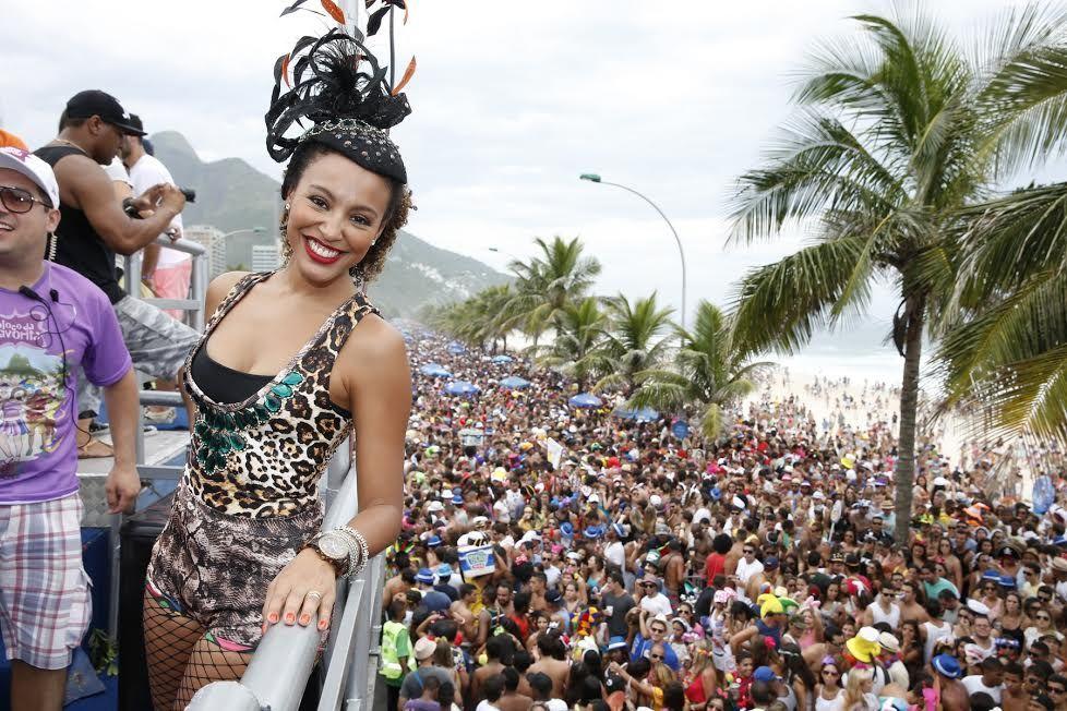Sheron Menezzes é madrinha do Bloco da Favorita, patrocinado por uma cervejaria.