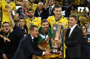Capitão do DHL Modena, Bruno levantou o troféu da Liga Italiana (foto: Lega Volley)