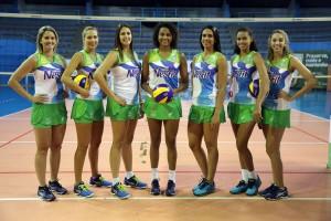 Clarisse, Carol, Bia, Nati Martins, Paula, Saraelen e Bruna Neri posam no ginásio José Liberatti