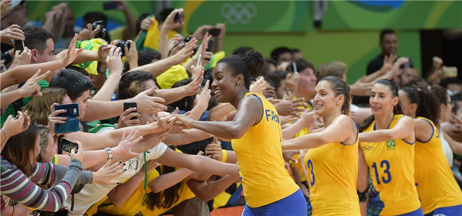 """""""Trenzinho"""" para cumprimentar a torcida é a marca registrada da seleção feminina na Rio 2016 (Fotos: FIVB)"""