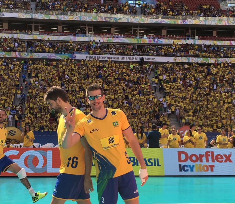 Os brasileiros enfrentam os portugueses sob sol forte em Brasília (foto: CBV)