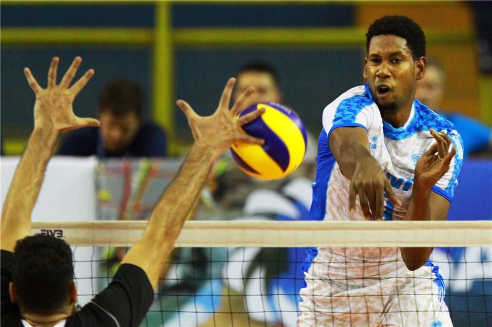 Depois de ficar sem jogar para deixar Cuba, León se transferiu para o vôlei russo (Foto: Divulgação/FIVB)