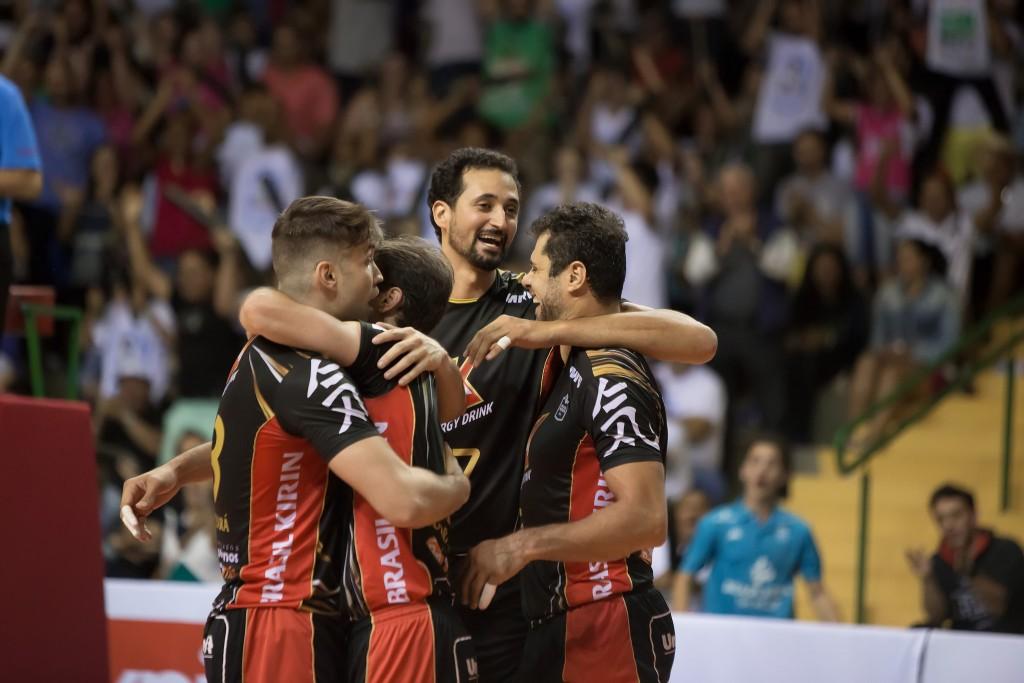 Mauricio Souza (ao centro): nove pontos de bloqueio contra Canoas (foto: Vôlei Brasil Kirin)